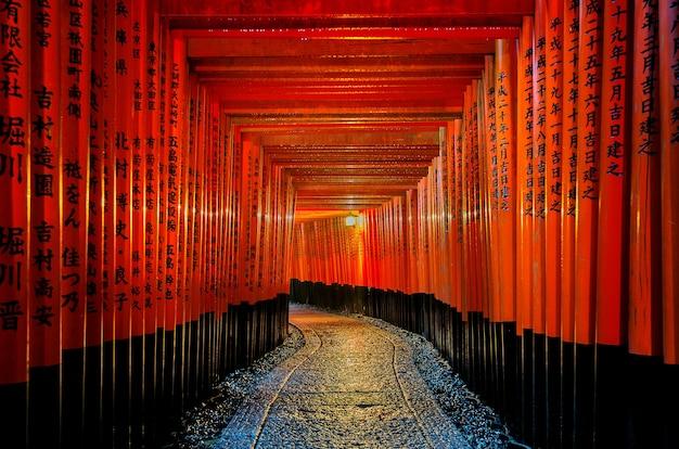 京都の伏見稲荷大社の赤い鳥居の歩道。 無料写真