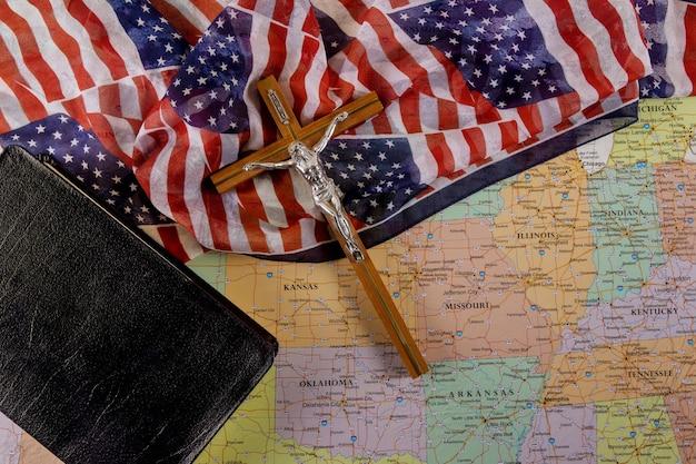 Воскресение и восхищение иисуса на пути к богу через молитву библия христианского креста надежда человечества на спасение на американском флаге и карте сша Premium Фотографии