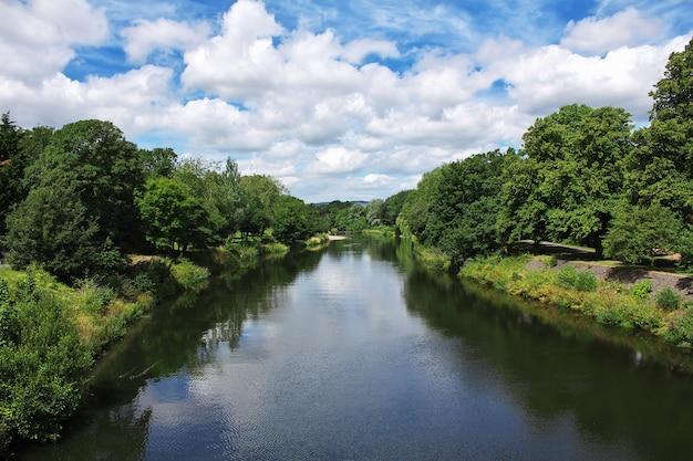 Река в городе кардифф, уэльс, великобритания Premium Фотографии