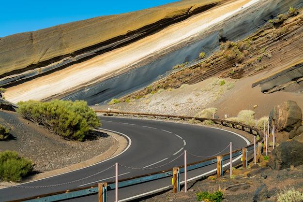 道路はテイデ火山の丘を切りました。 無料写真