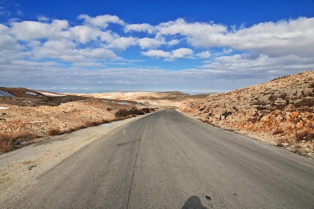 Дорога в долине бекаа в ливане Premium Фотографии