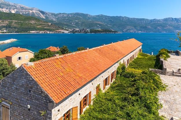 Крыши старого города будвы, черногория. Premium Фотографии
