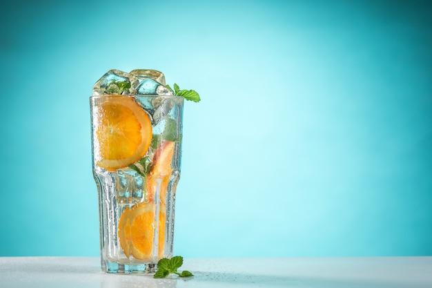 Роза экзотический коктейль и фрукты на синей стене Бесплатные Фотографии