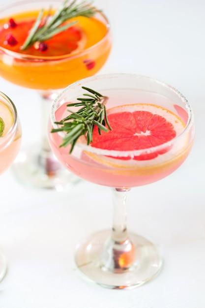 Роза экзотических коктейлей и фруктов на розовом Бесплатные Фотографии