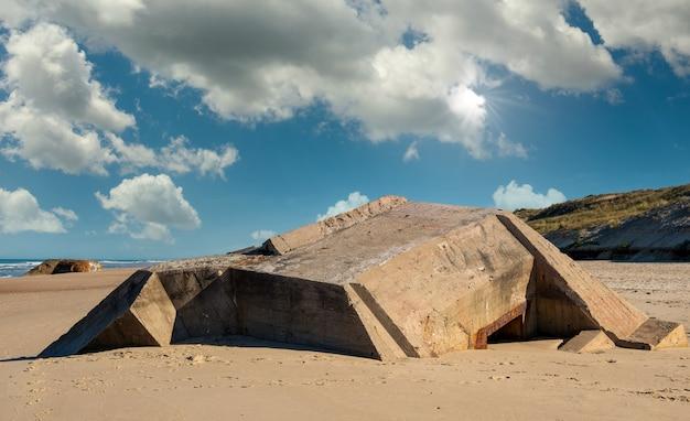 フランス、ノルマンディーのビーチにあるドイツの掩蔽壕の遺跡 Premium写真