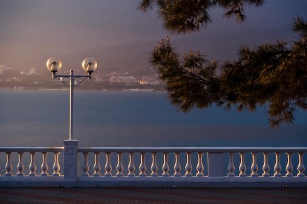 夕日は非常に美しく対照的に、ゲレンジークのリゾートの堤防の欄干を際立たせています。 Premium写真