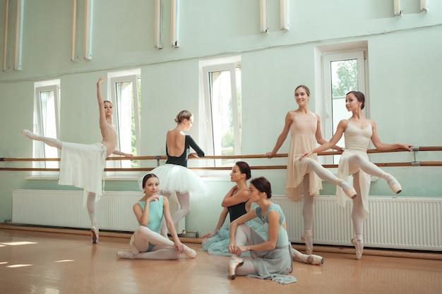 Семь балерин в балетном баре Бесплатные Фотографии