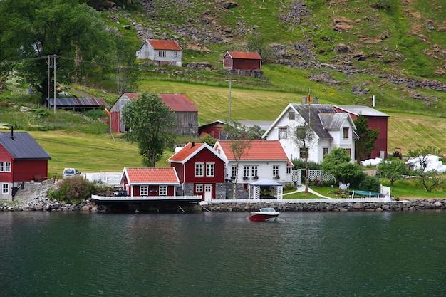 Небольшая деревня на согне-фьорде, норвегия Premium Фотографии