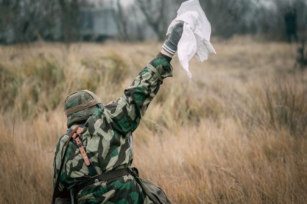 Солдат германии попадает в плен Premium Фотографии