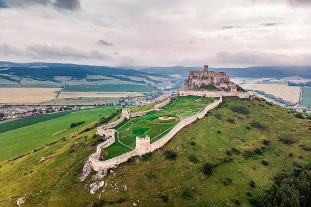 Замок спиш - национальный памятник культуры спишский град (юнеско) - замок спиш - один из крупнейших замков в центральной европе (словакия). Premium Фотографии