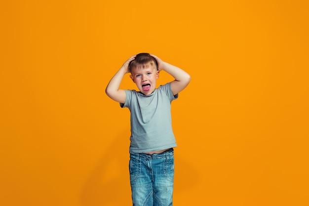 Мальчик с косоглазым взглядом и странным выражением лица Бесплатные Фотографии