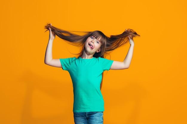 奇妙な表情で目を細めた十代の少女 無料写真