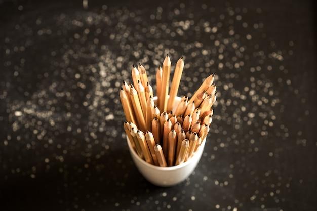 유리에 연필의 스택 무료 사진
