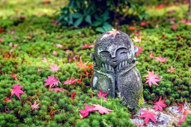 Статуя в храме энкодзи осенью, киото, япония. Бесплатные Фотографии