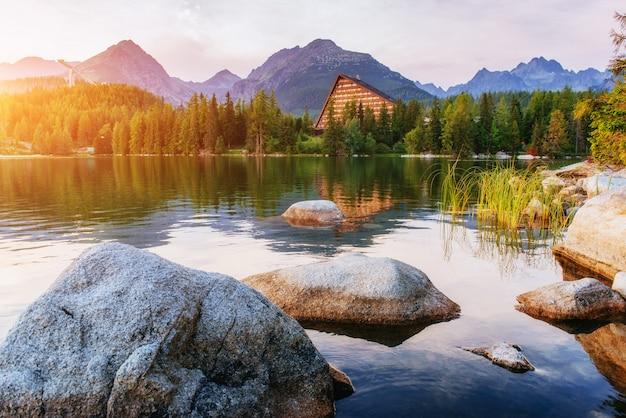 Восход солнца над озером в парке высокие татры. штрбске плесо, Premium Фотографии