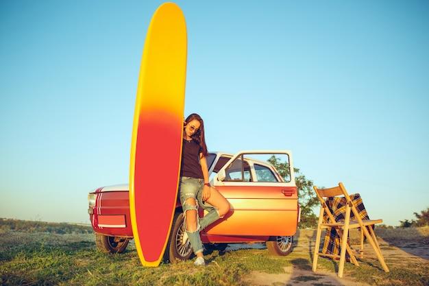サーフボード、車、女性。 無料写真