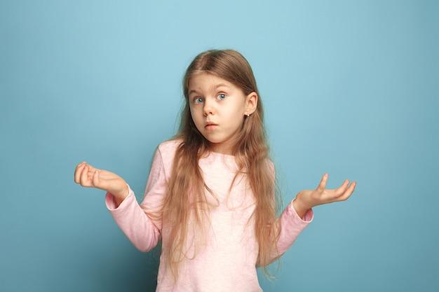 驚き。青の十代の少女。顔の表情と人の感情の概念 無料写真