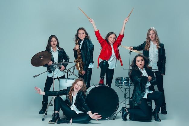 レコーディングで演奏する十代の音楽バンド 無料写真