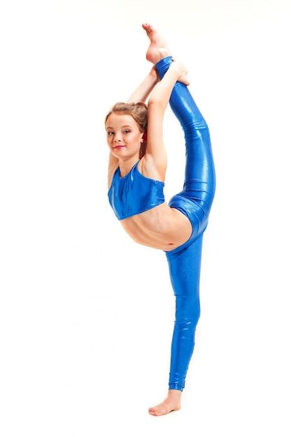 Девушка-подросток делает гимнастические упражнения на белом фоне Бесплатные Фотографии