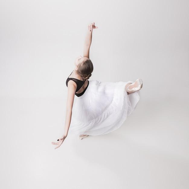 Вид сверху на балерину-подростка на белом Бесплатные Фотографии