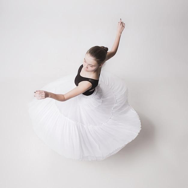 白の十代のバレリーナのトップビュー 無料写真