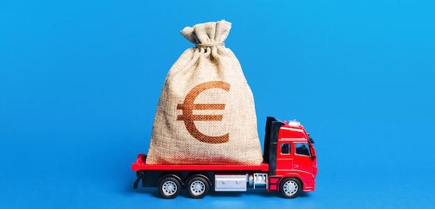 トラックは巨大なユーロのお金の袋を運んでいます。素晴らしい投資。政府の危機対策 Premium写真