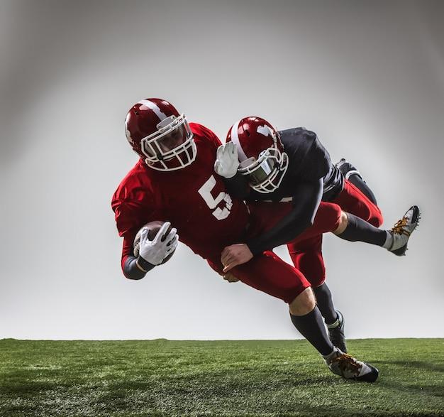 アクションの2人のアメリカンフットボール選手 無料写真
