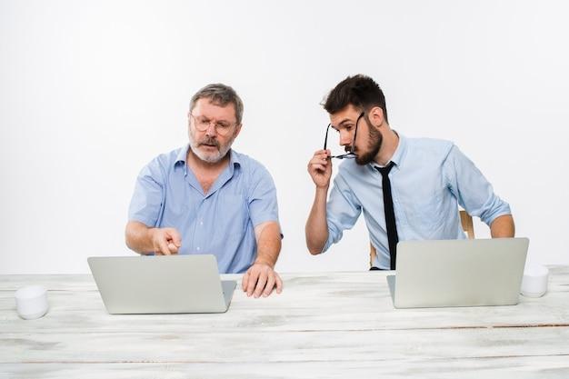 オフィスで一緒に働いている2人の同僚 無料写真