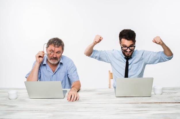 Двое коллег, работающих вместе в офисе Бесплатные Фотографии