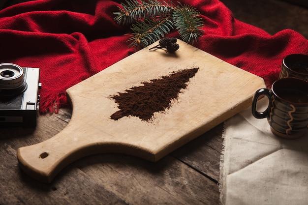 나무 배경에 커피 두 잔 무료 사진