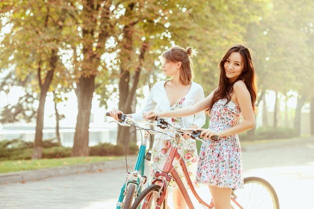 公園で自転車で二人の若い女の子 無料写真
