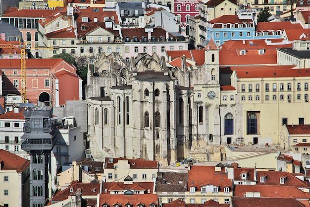 Вид на старый город лиссабон, португалия Premium Фотографии