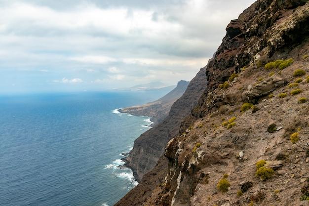 グランカナリア島の西海岸、ミラドールデルバルコンの崖を砕く波 無料写真