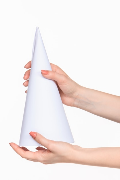 右の影と白の女性の手で小道具の白い円錐形 無料写真