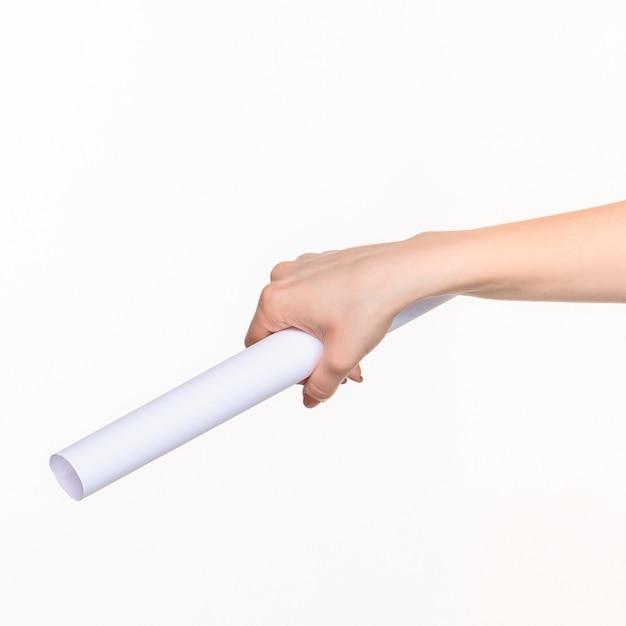 右の影と白の女性の手で小道具の白い円柱 無料写真