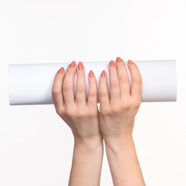 Белый цилиндр реквизита в женских руках на белом с правой тенью Бесплатные Фотографии