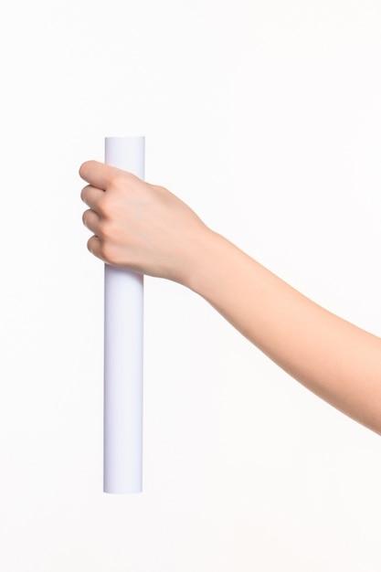 白の女性の手の小道具の白いシリンダー 無料写真
