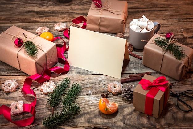 Зимняя композиция с подарками и чашкой с зефиром Бесплатные Фотографии