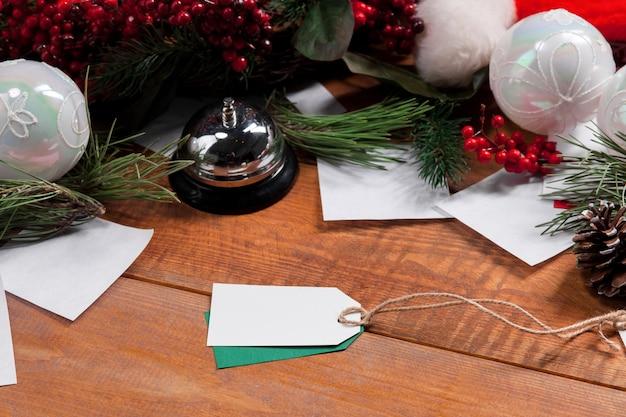Деревянный стол с пустым пустым ценником и рождественскими украшениями. рождественский макет концепции Бесплатные Фотографии