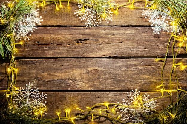Деревянный стол с рождественскими украшениями с копией пространства для текста. рождественский макет концепции Бесплатные Фотографии