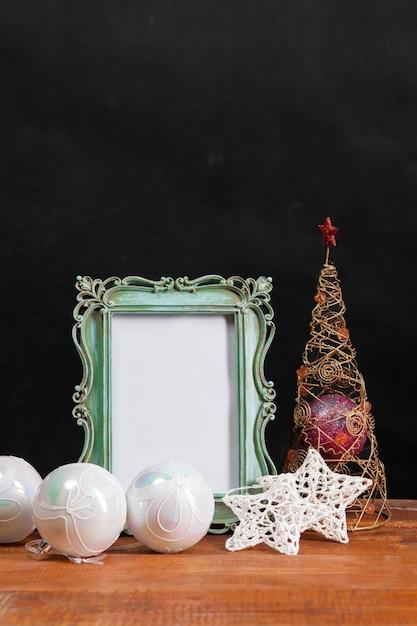 Деревянный стол с елочными украшениями Бесплатные Фотографии
