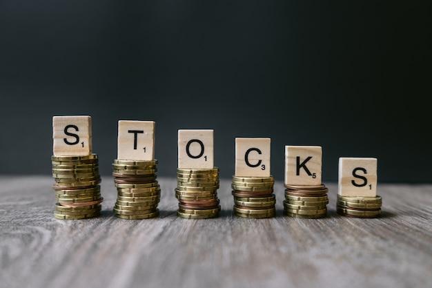 減少するコインの「株」という言葉。 無料写真