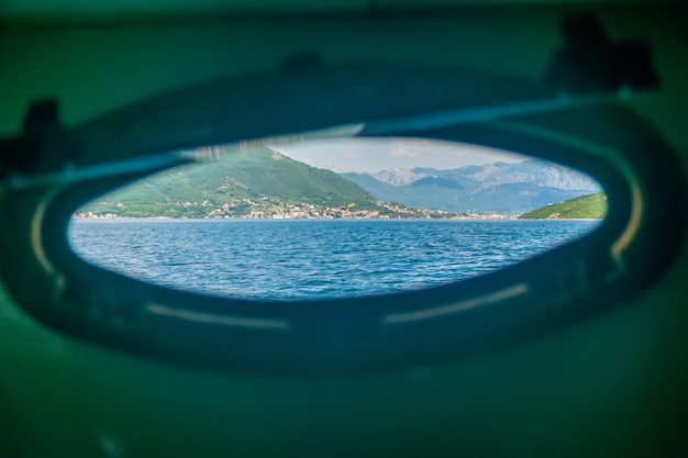 Яхта плавала в бока-которском заливе. черногория. Premium Фотографии