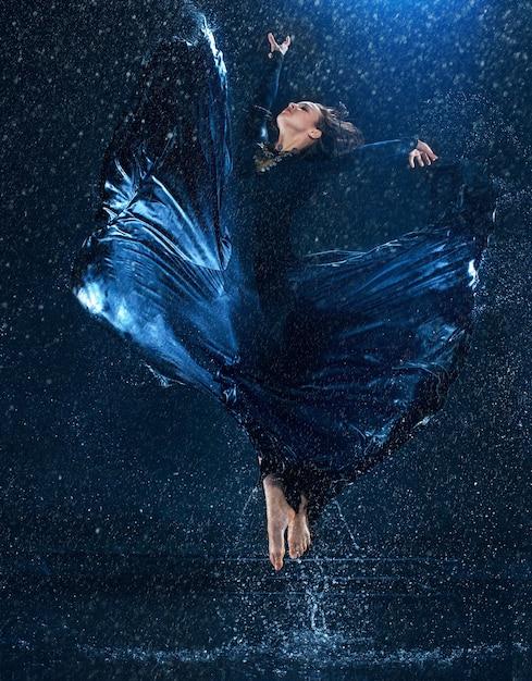 水滴の下で踊る若い美しいモダンダンサー 無料写真