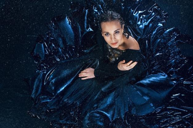 Молодая красивая современная танцовщица позирует под каплями воды Бесплатные Фотографии