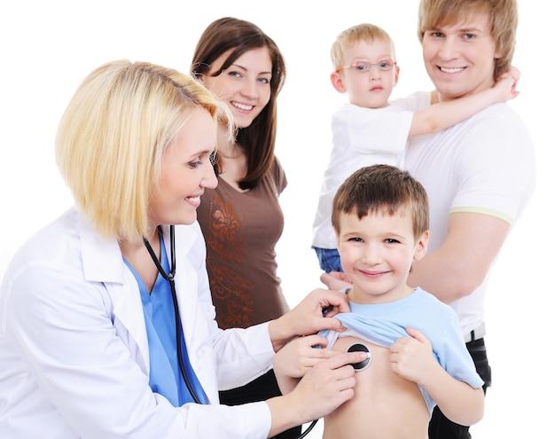 젊은 여성 의사의 의료 접수에 두 명의 작은 소년과 젊은 가족 무료 사진