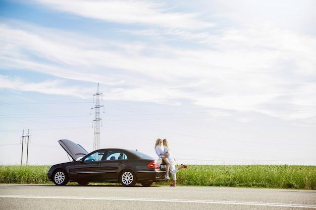 У молодой лесбийской пары сломалась машина во время поездки на отдых Бесплатные Фотографии
