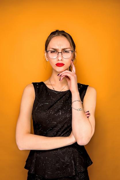 警戒心のある若い女性の肖像画 無料写真