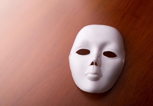 テーブルの上の劇場のマスク Premium写真