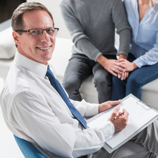 Therapist with couple Free Photo